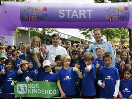 Am Start: Tim Wilhelm, Thomas Helmer und Christian Tröger (v.l.) feuern die Kinder an - Foto: Martin Nink/Initiative Änne Jacobs